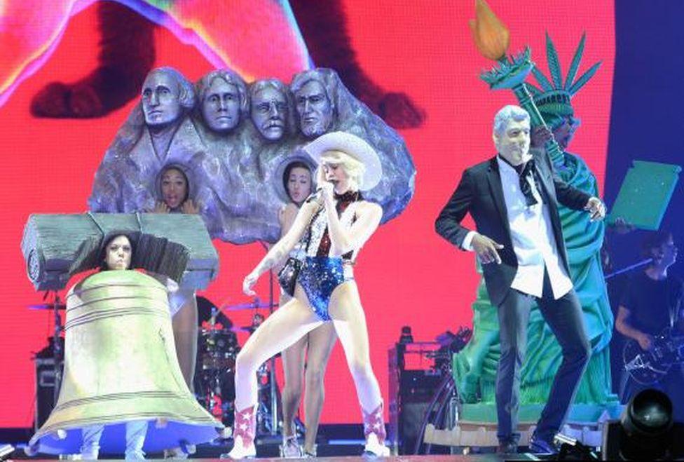 Miley_Cyrus-Bangerz_Tour_MILIMA20140217_0187_3